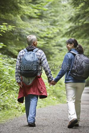 pareja caminando por forest road