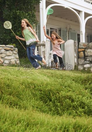 hermanas con redes de pesca corriendo