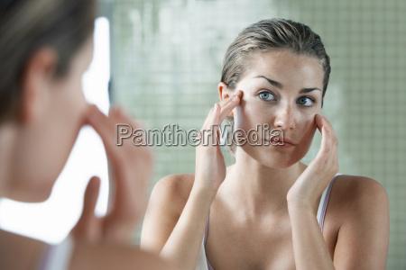 mujer examinando a si misma en