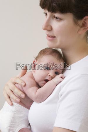madre abrazando a su bebe recien