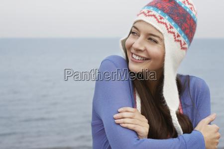 mujer feliz llevando sombrero de punto