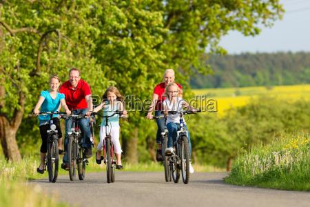 familia con ninyos en bicicleta en