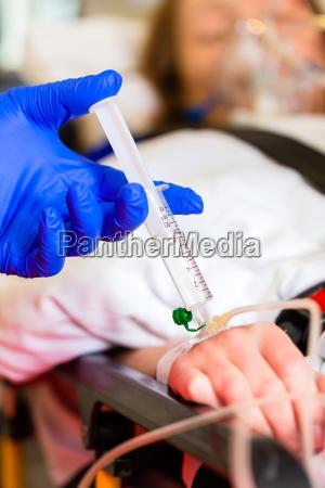 paramedico dando infusion en ambulancia