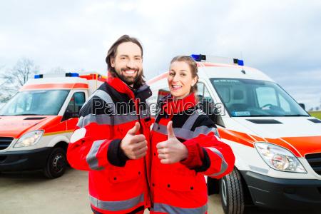 medico de urgencias y paramedico con