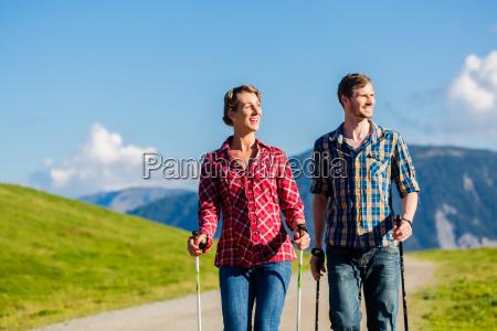 pareja haciendo ejercicio de caminata nordica