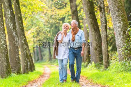 pareja mayor tener paseo de ocio