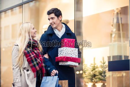 mujer y hombre con regalos de