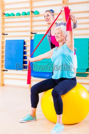 mujer mayor con banda elastica en
