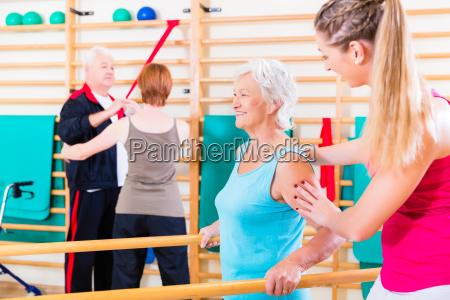 personas mayores en terapia de rehabilitacion