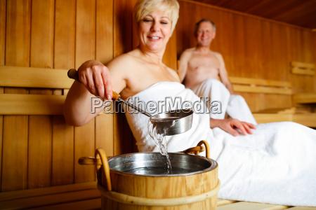 las personas mayores en la sauna