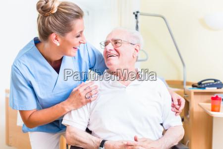 hombre mayor y enfermera de vejez