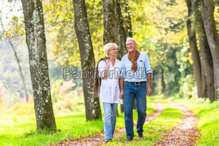 pareja mayor teniendo paseo de ocio