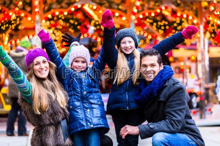 familia divirtiendose en el mercado navidenyo