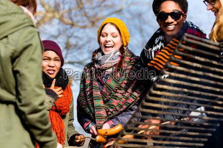 grupo multietnico de cinco jovenes divirtiendose