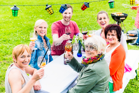 gente brindando en la fiesta en