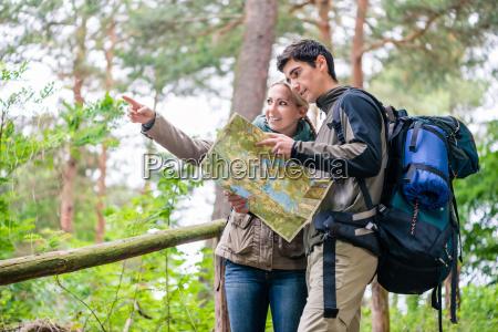 hombre y mujer en la caminata
