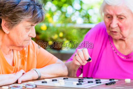 dos senyoras senior jugando juego de