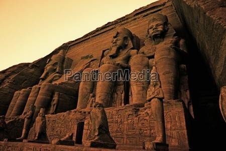 colosos de ramses ii gran templo