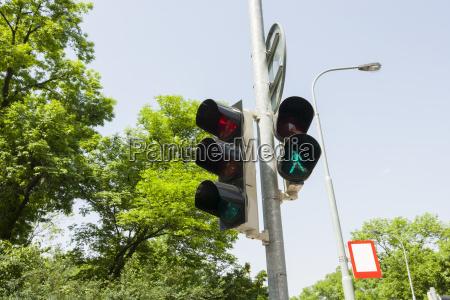 senyal de trafico y luz de