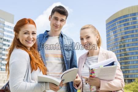 retrato de jovenes estudiantes universitarios felices
