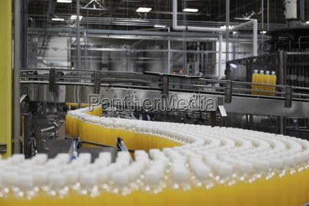 industrializacion industria fila londres botella refrescos