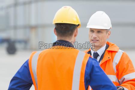 los trabajadores conversando en el astillero