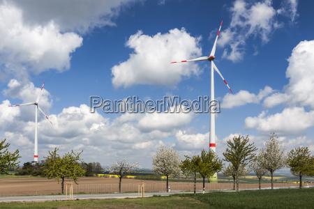 turbinas eolicas en una carretera rural