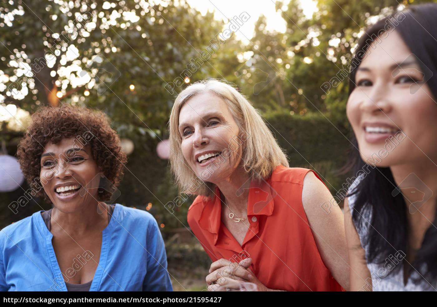Amigas Maduras royalty free imágen 21595427 - amigas maduras socializando en el patio  juntos