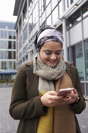 mujer musulmana britanica enviando mensajes de