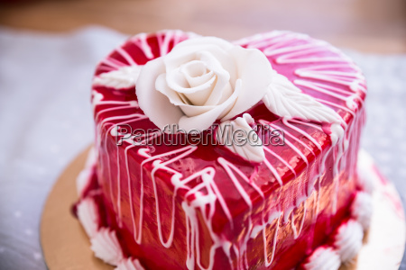 pastel en forma de corazon rojo