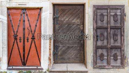 diferentes puertas retro