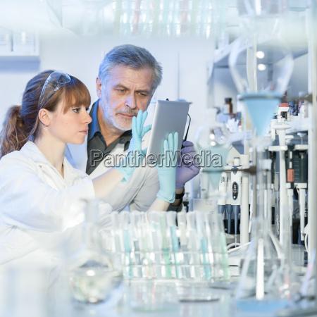investigadores de atencion medica que trabajan