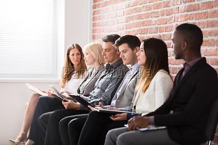 empresarios esperando una entrevista
