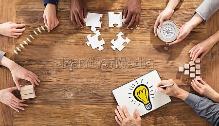 empresarios planeando una estrategia en la
