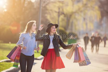 dos ninyas caminando con las compras