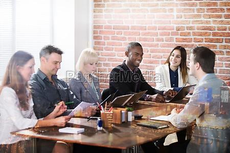 diversos empresarios discutiendo en la reunion
