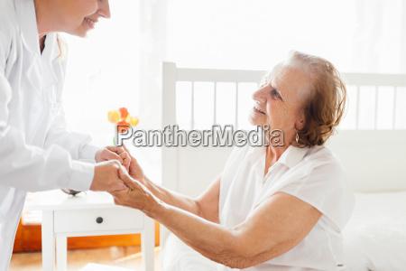proporcionar atencion a ancianos medico visitando