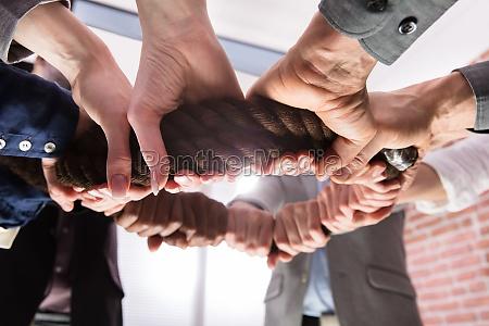 manos sosteniendo cuerda formando un circulo