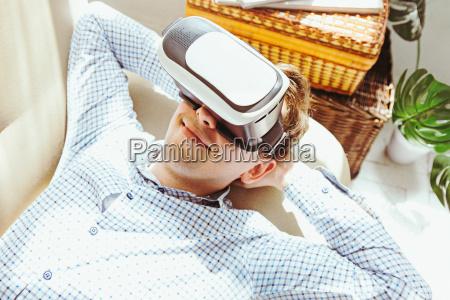 el hombre con gafas de realidad