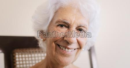 anciana anciana mujer relajante en mecedora