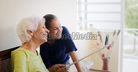 generaciones brecha feliz vieja mujer y