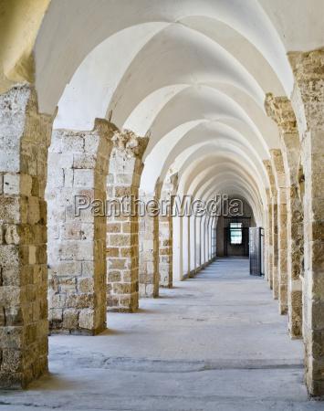 corredor paseo viaje historico piedra ventana