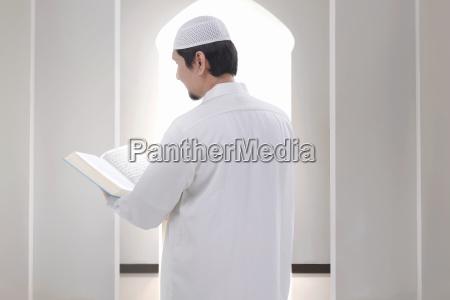 vista trasera del hombre musulman asiatico