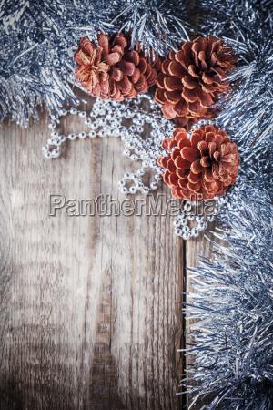 decoracion casera conos de pino sobre