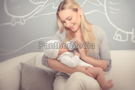 madre alimentando a su bebe