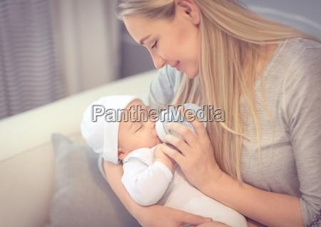 feliz madre alimentando bebe