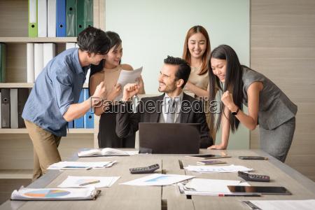 gente de negocios feliz despues de