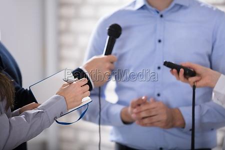 politico dar conferencia reunion en discurso