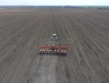 sembradora de maiz sembrando en el