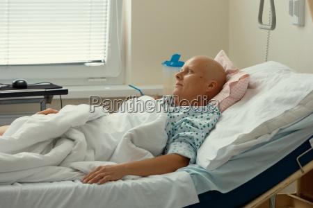 mujer paciente con cancer en el